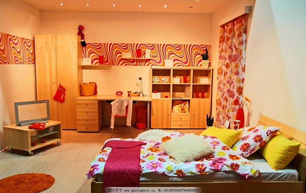 温馨 可爱 电脑桌 置物架 壁纸 墙纸 电视 地毯 衣橱 家具 女生房间