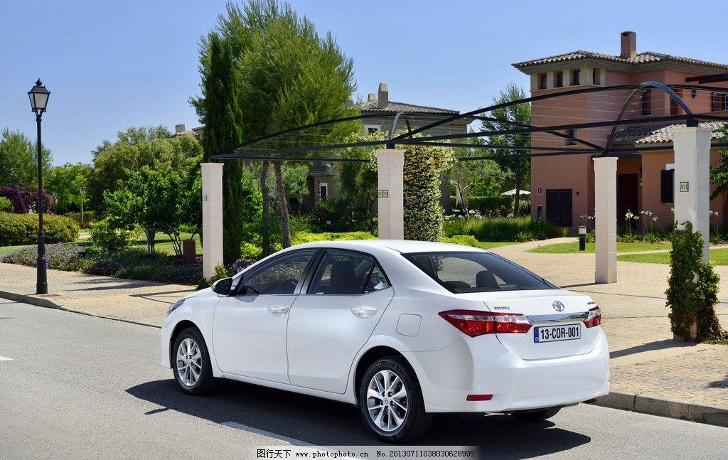 卡罗拉 丰田 轿车 汽车 家庭轿车 名车 白色 公路 建筑 别墅