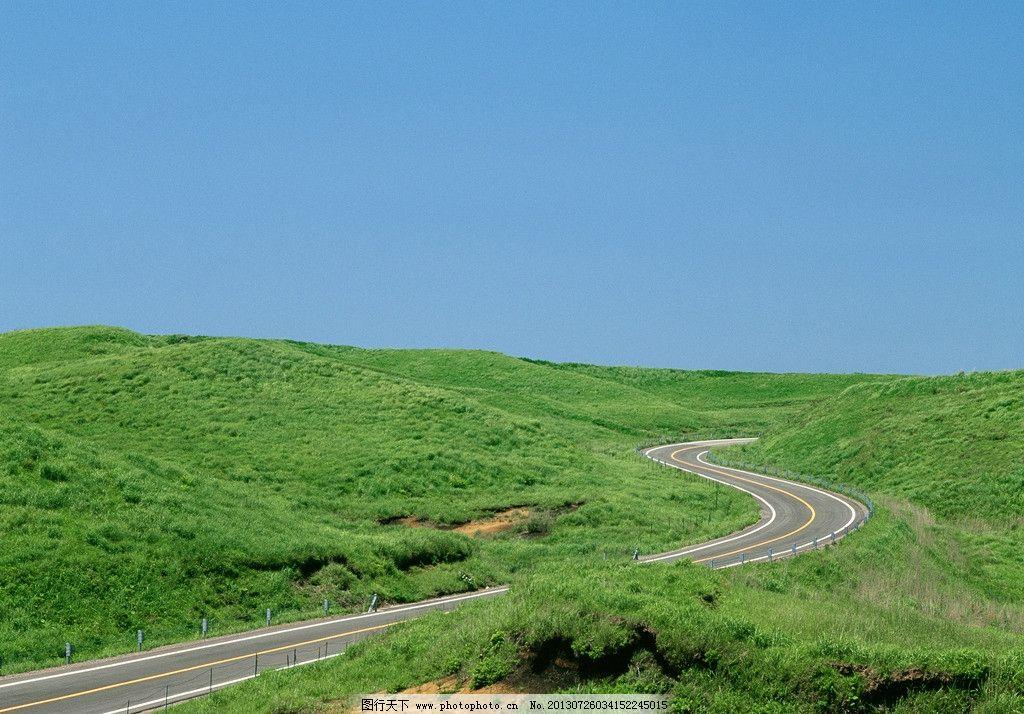 公路边草地风景 花草 树木 草地 山峰 公路 白色天空 自然风景 旅游图片