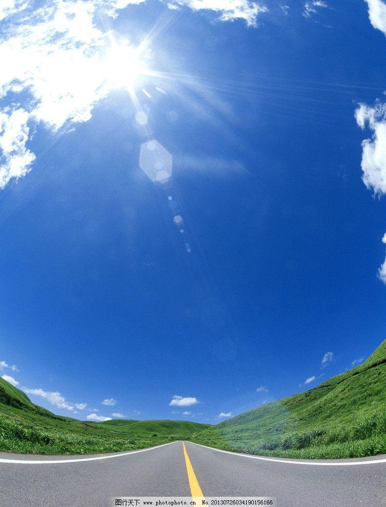公路边草地与蓝天风景图片