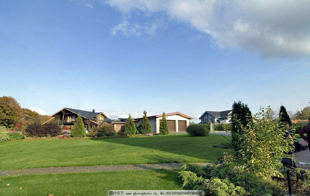 草地旁边别墅风景图片