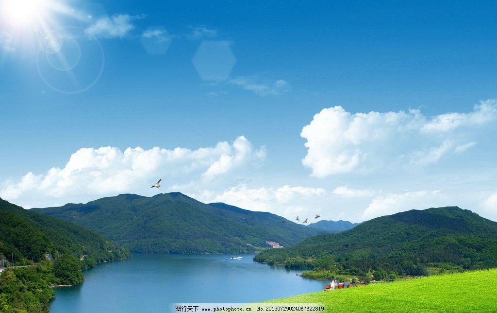 蓝天白云 阳光 白云 草地 湖 绿树 高山 船快艇 自然风光 自然景观