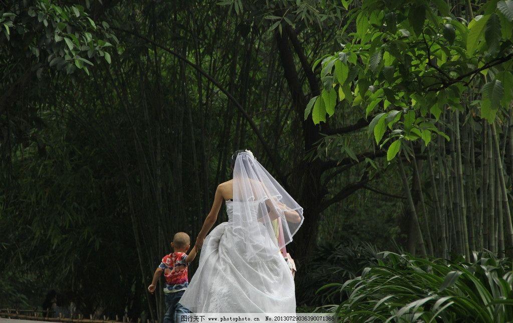 新娘的背影 新娘 背影 小孩 婚纱 幸福 甜蜜 结婚 女人 人物摄影 人物