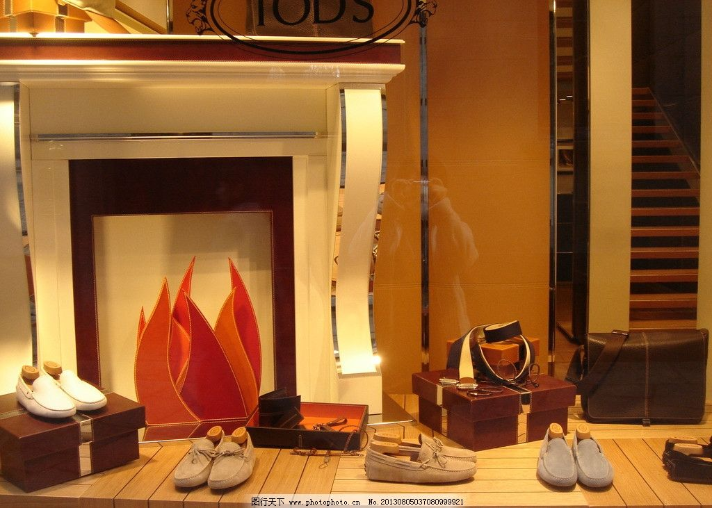 橱窗陈列 凳子 橱窗 围巾 钱包 鞋子 生活素材 生活百科 摄影 72dpi