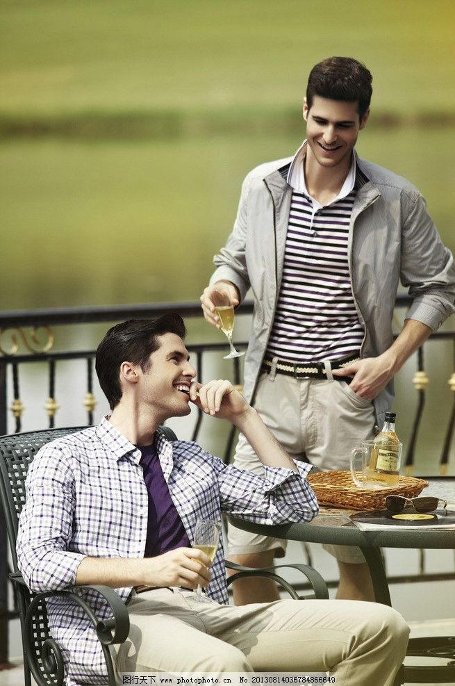 男人 用餐 河畔 长袖衫 外套 绅士 喝酒 休闲 酒杯 墨镜 户外桌椅