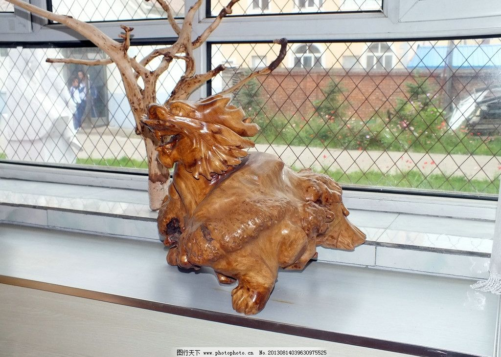 艺术展厅根雕作品 根河市第一中学 学校 教育 动物 木艺品 手工艺