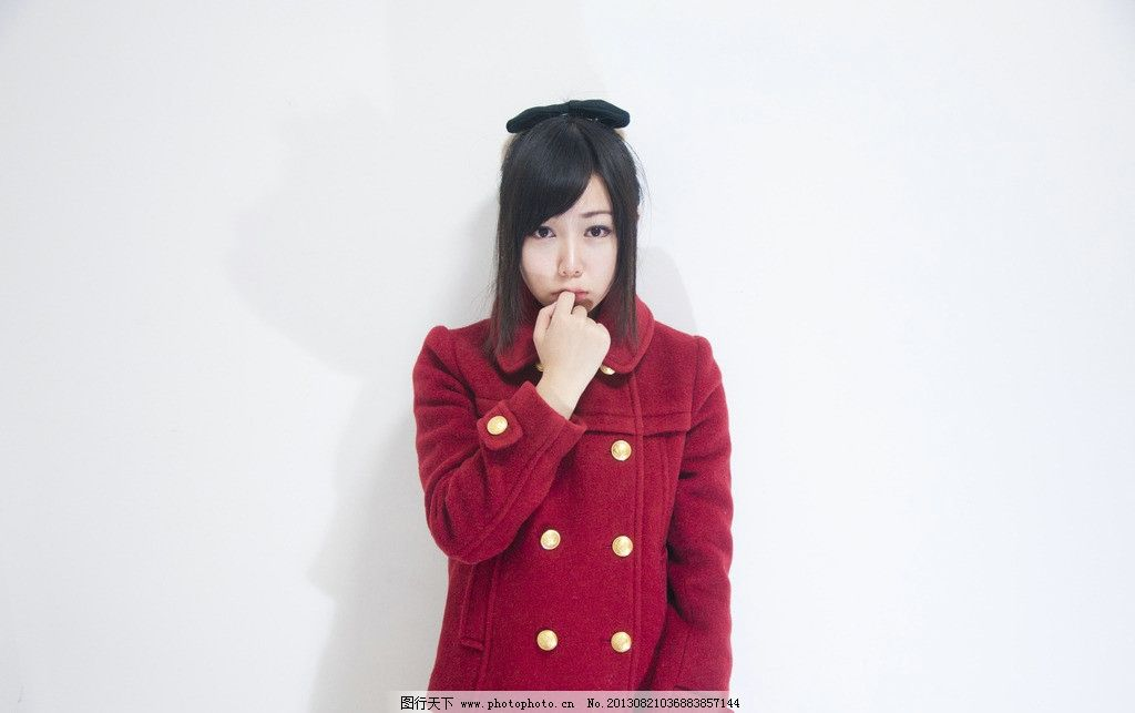 红衣服女孩图片