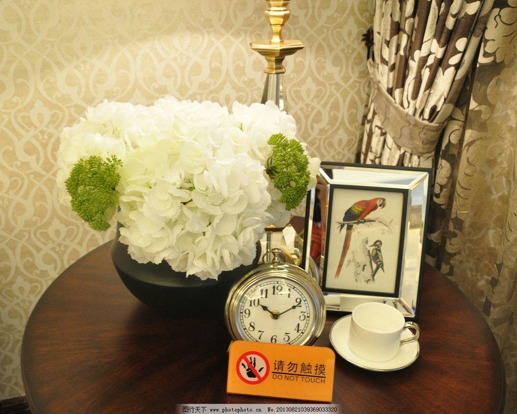室内装饰 白色花 绿色花 黑色花瓶 钟表 相框 桌子 咖啡杯 鸟 室内
