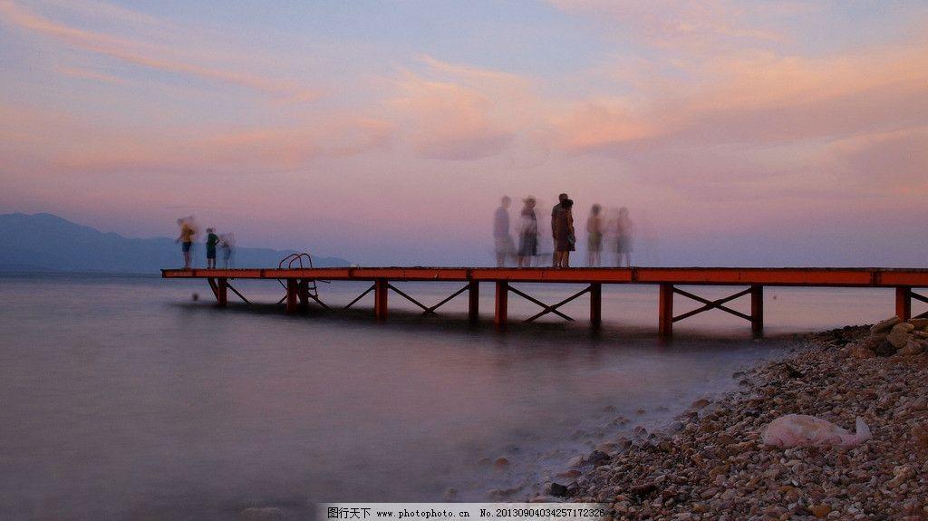 水上风景 大海 彩霞 远山 桥上的人群 影子 人文景观 旅游摄影