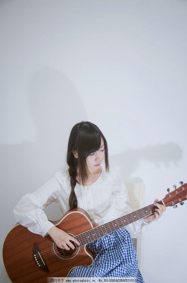 弹吉他的女孩图片