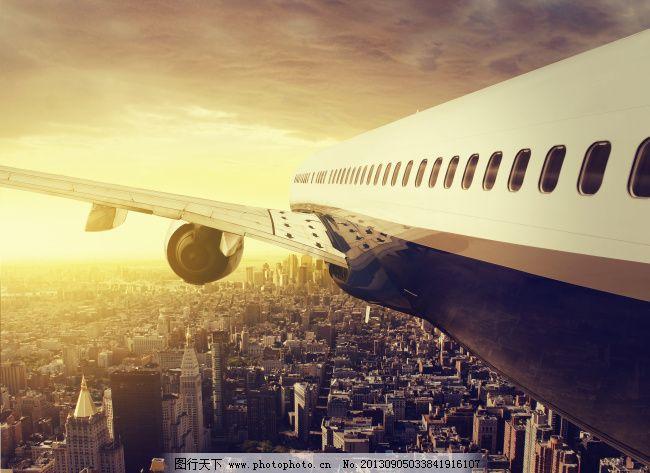 飞行在城市上空的飞机