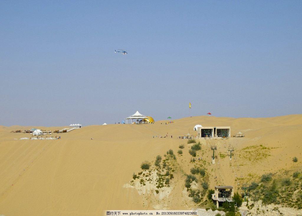 沙漠里的直升飞机图片