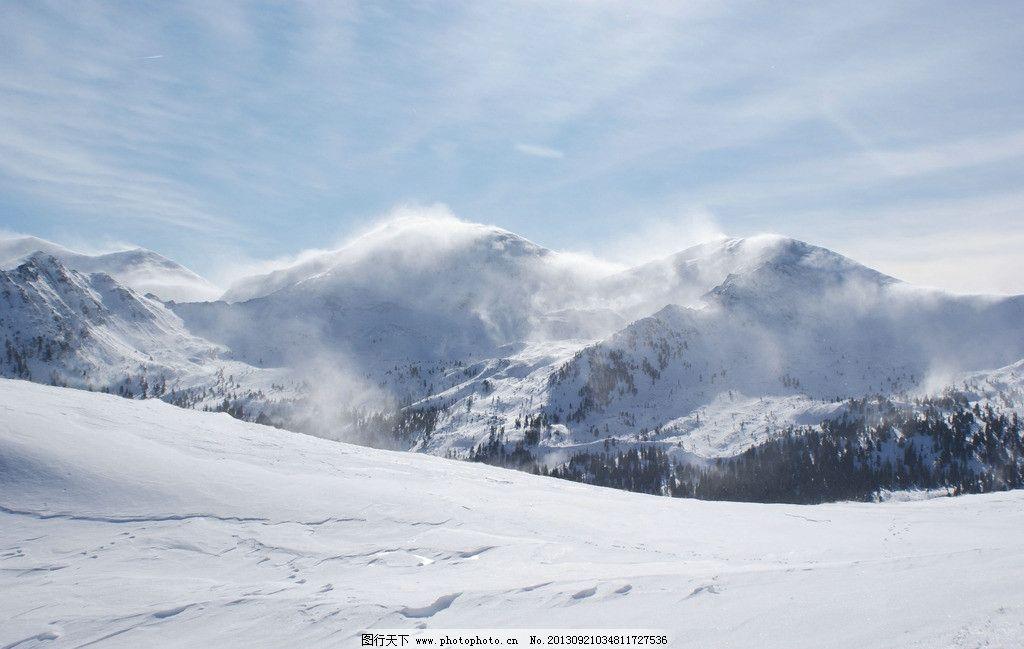 雪山 雪地 山峰 树木 雪花 蓝色天空 自然风景 自然景观 摄影 200dpi